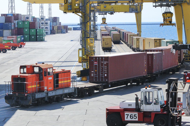 Treno container trasporto combinato treno aree logistiche integrate merci