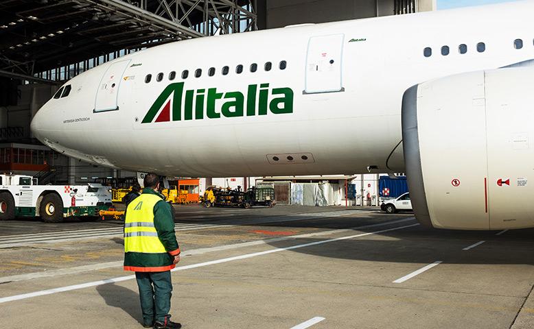 Al MiSE il tavolo su Alitalia, un aereo alitalia fermo sulla pista