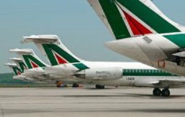 Tariffe speciali Alitalia per imprese e professionisti genovesi, veduta di aerei Alitalia in pista.