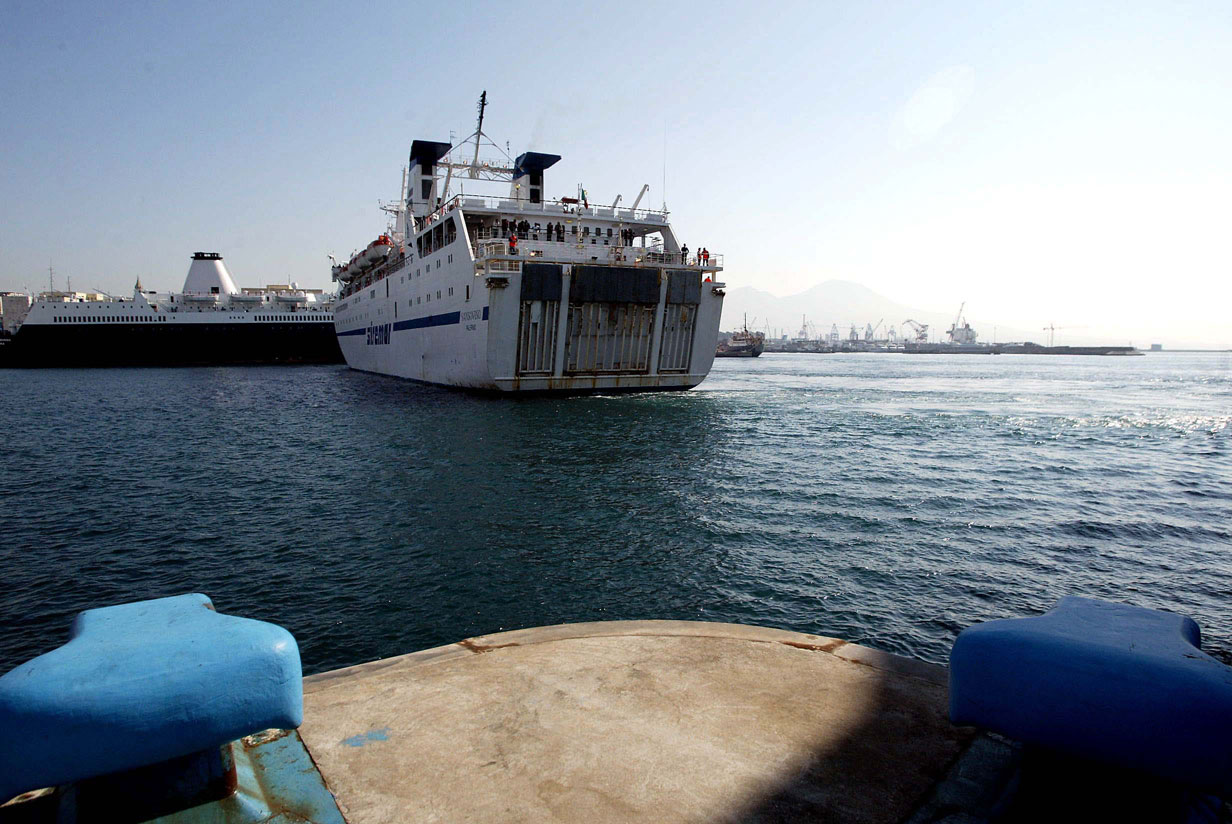 Napoli e Salerno: presentato studio su line marittime veloci., nave all'ormeggio