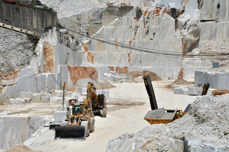 """Piani estrattivi, Ceccarelli: """"Ancora in attesa di una data dal ministero"""", una veuta di una cava con alcume macchine per la lavoratrice"""