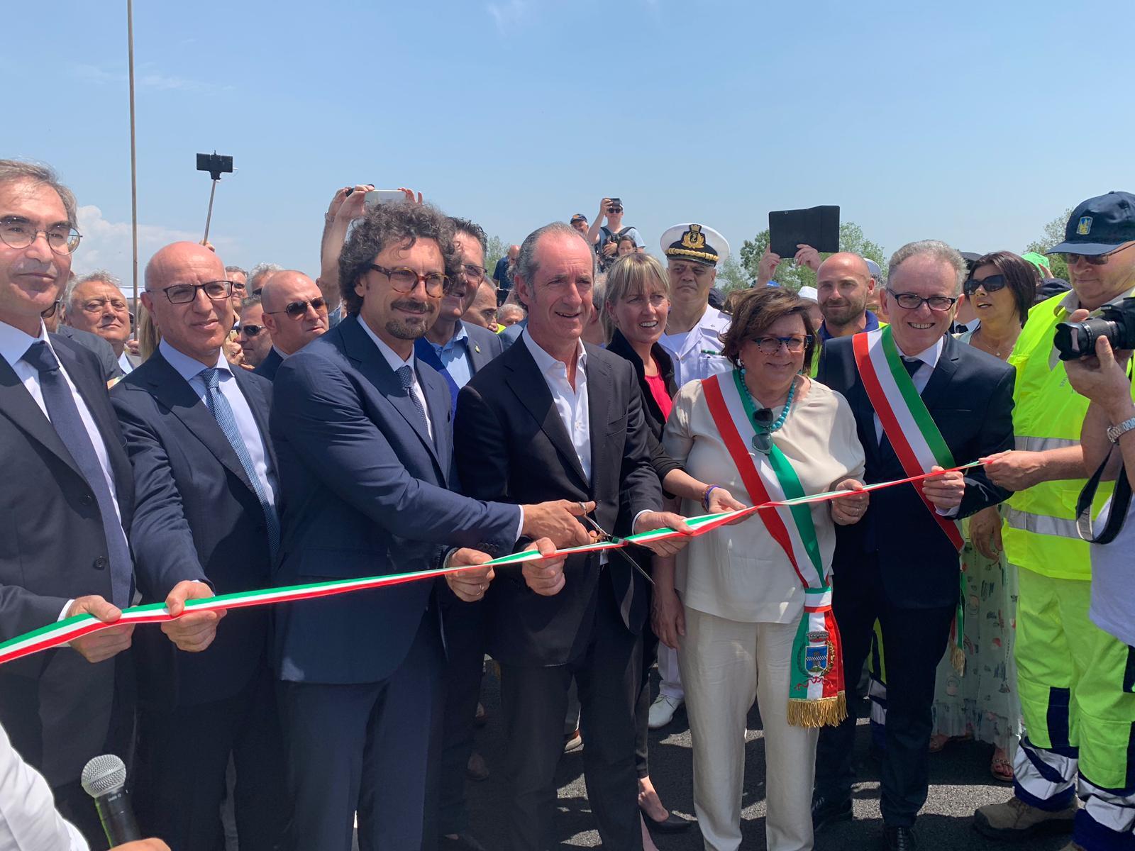 Ponte della Priula: Toninelli all'inagurazione, il momento del taglio del nastro ad opera del ministro Toninelli