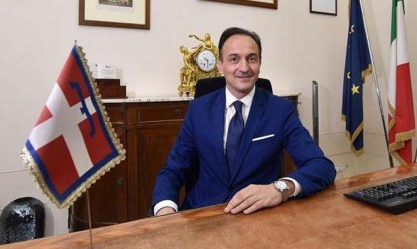 Il neo presidente del Piemonte Cirio si insedia in Regione, Cirio seduto alla scrivania nella sde della Regione Piemonte.