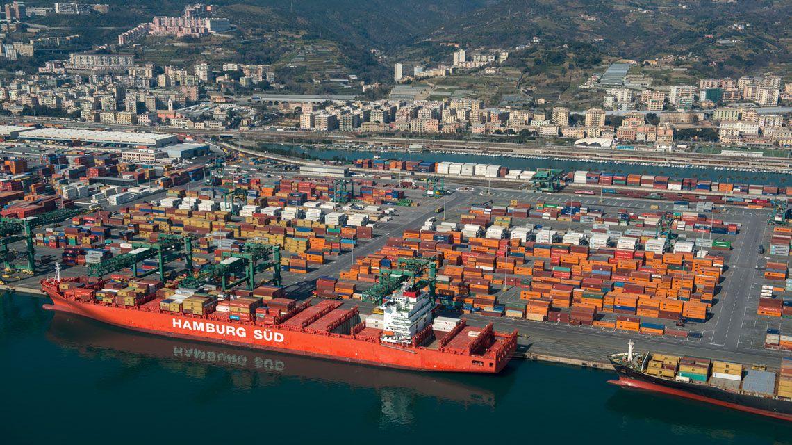 Hamburg Sud, la linea SERA 4 dall'Oriente al Mediterraneo scalerà il Porto di Genova, una nave Hamburg all'ormeggio