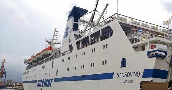 La nave Sansovino ferma all'ormeggio
