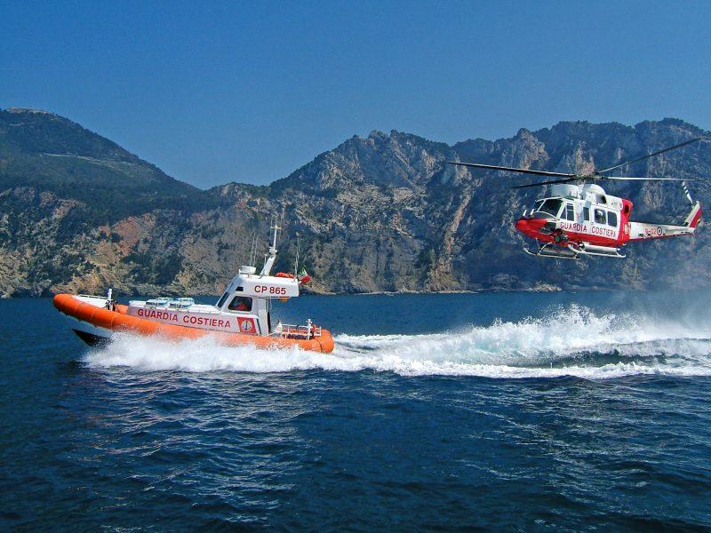 Avviso ai naviganti, la motovedetta e l'elicottero della Guardia Costiera in perlustrazione