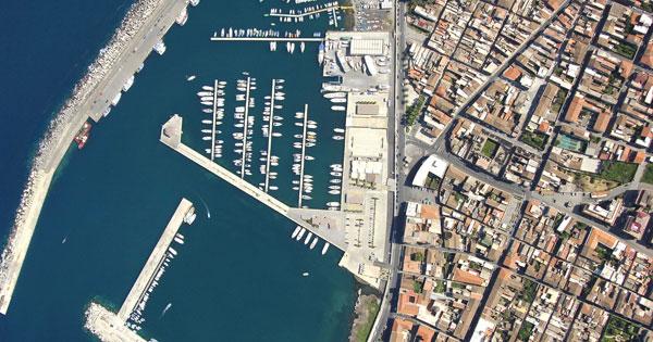 Riposto, altre risorse per completare il porto. Veduta aerea del porto.,