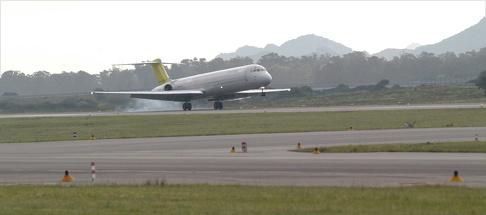 Aeroporto di Olbia: approvati fondi ampliamento. Aeroplano in decollo.