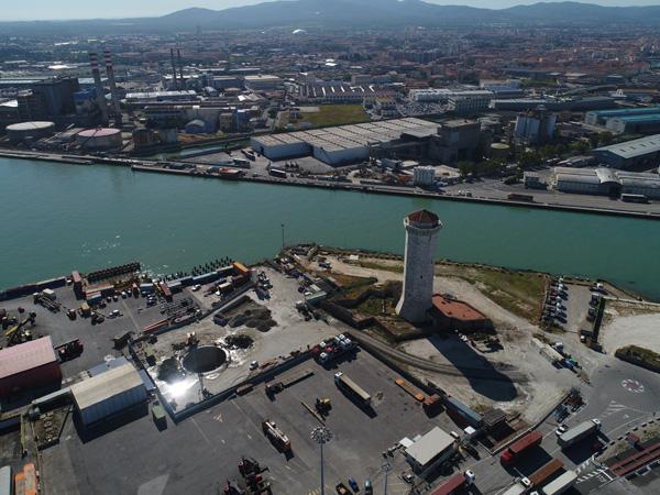 Microtunnel a Livorno: una storia infinita, immagine aerea della zona con la torre del Marzocco