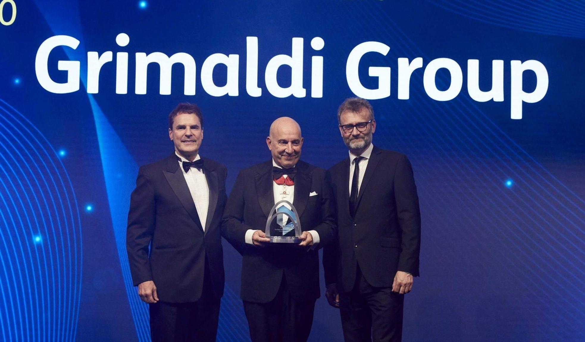 """Il premio """"Excellence in Decarbonisation towards 2050"""",un momento della premiazione con Emanuele Grimaldi."""