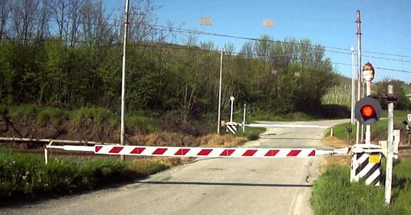 Linee ferroviarie in Sicilia: elimire 20 passaggi a livello, la fodo di un passaggio a livello, chiuso.