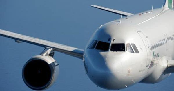 Trapani e Comiso: con tariffe aeree agevolate, fotografia con un primo piano dei un'aereo.