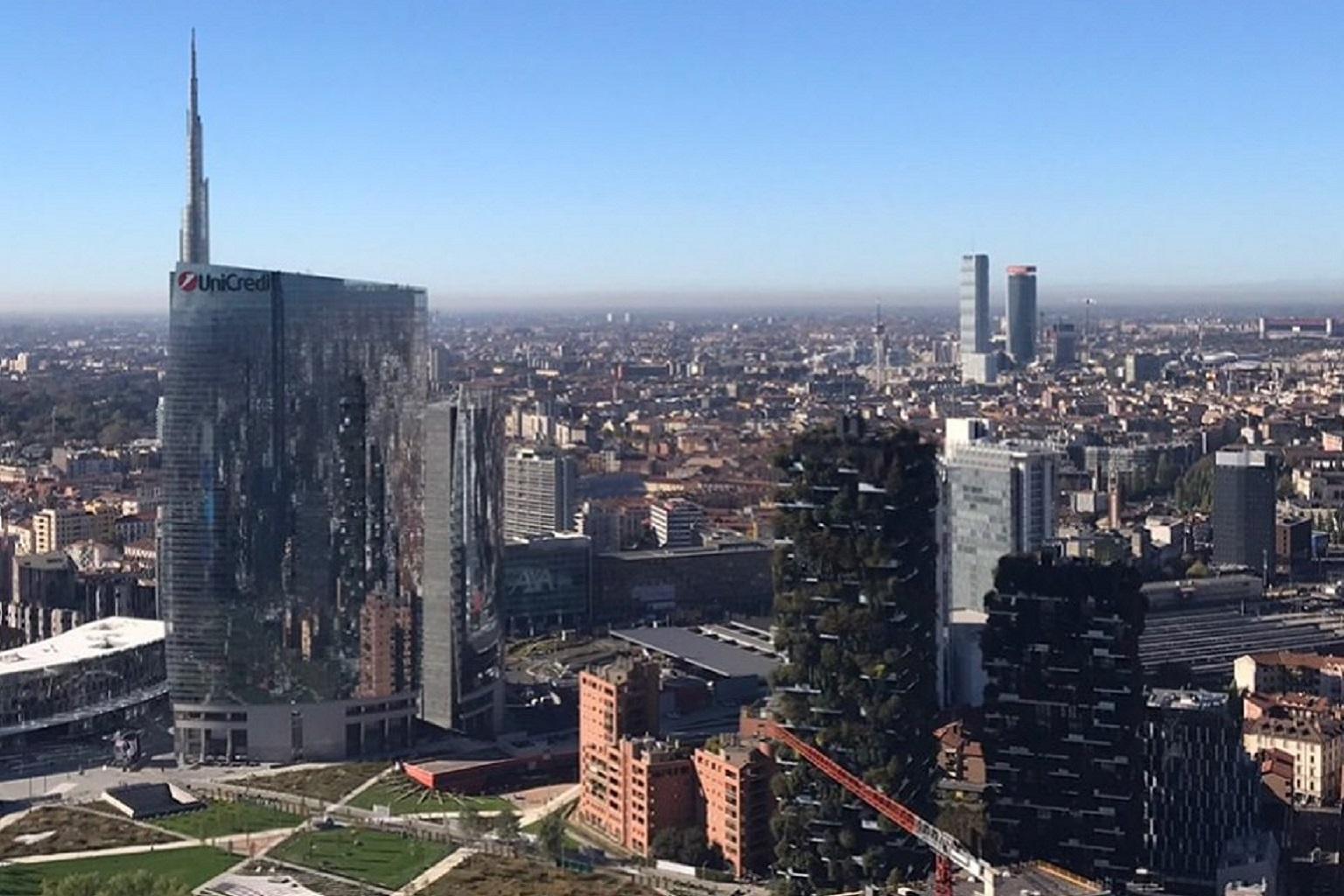 Smog, da oggi, revocate misure primo secondo livello, nella foto il palazzo della regione Lombardia in una panoramica.