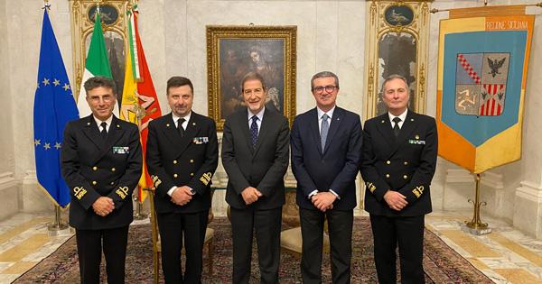 Ammiraglio Martello in visita a Palazzo Orleans, la foto dell'incontro da sinistra Isidori, Martello, Musumeci, Cordaro e Russo