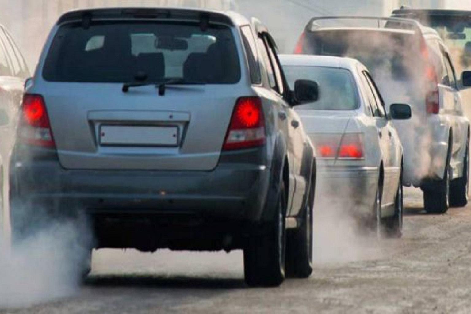 Smog: revocate le misure temporanee a Lodi e Cremona, nella fotografia l'emissione di gas da parte delle automobili.