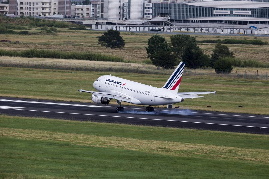 Air France: aggiornamento sui voli per l'Italia, un aereo della compagnia in fase di decollo