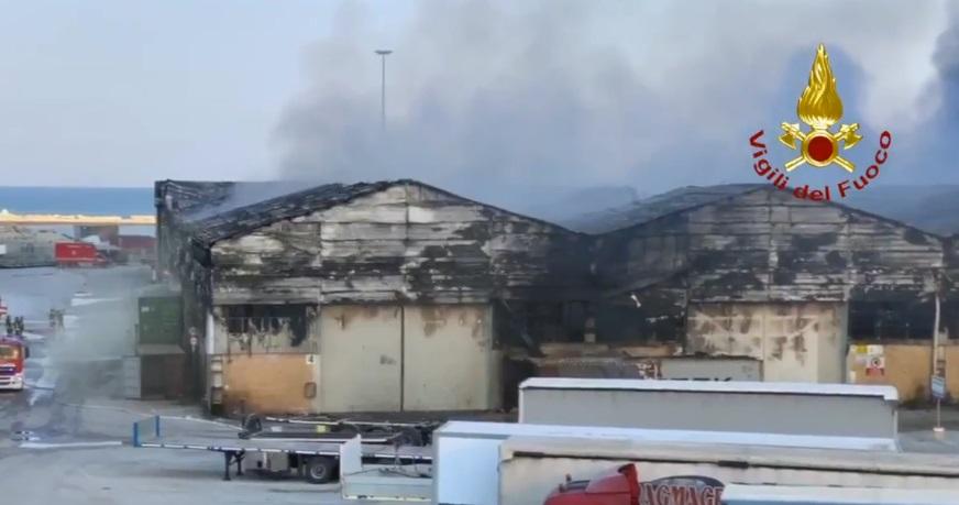 incendio nel porto di Ancona